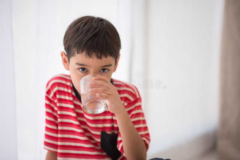 Agua potável bebendo do rapaz pequeno imagens de stock royalty free