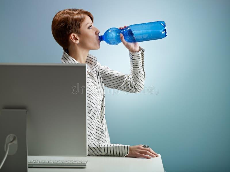 Agua potable de la empresaria foto de archivo