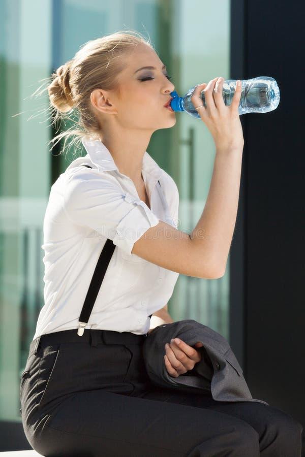 Agua potable de la empresaria joven fotos de archivo libres de regalías