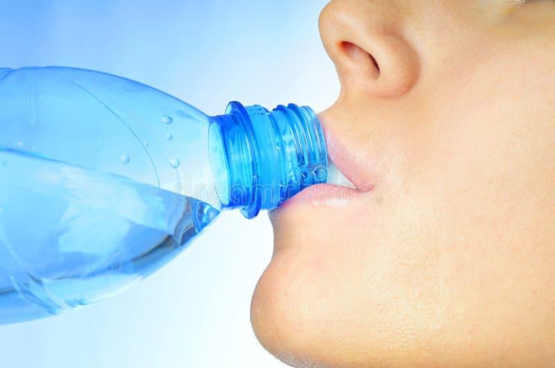 Agua potable de la muchacha imagenes de archivo