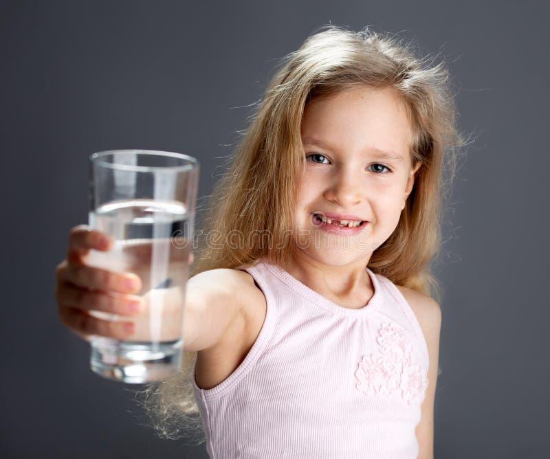 Agua potable de la muchacha del vidrio fotos de archivo libres de regalías