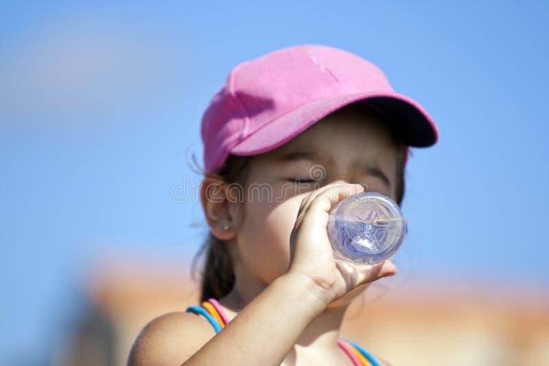 Agua potable de la chica joven fotografía de archivo