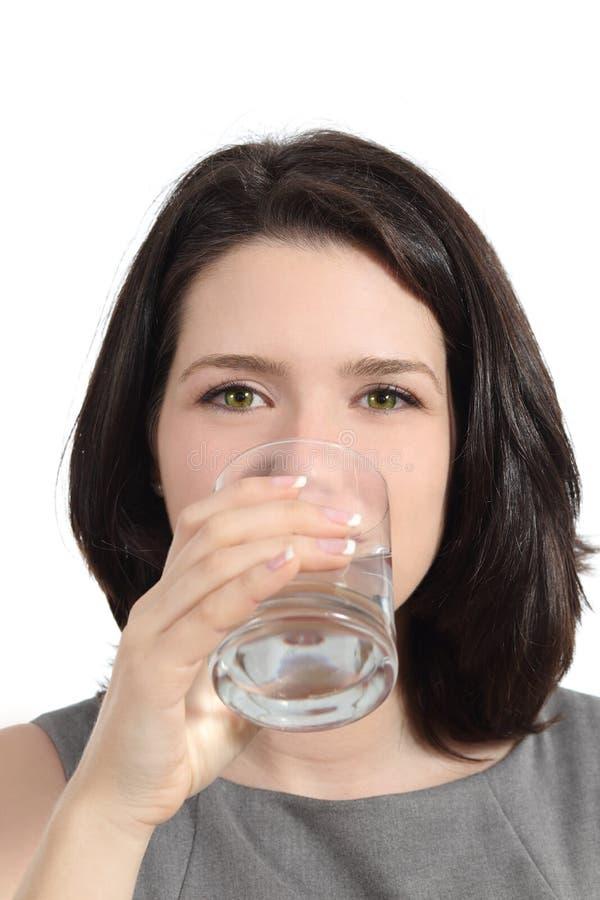 Agua potable de la mujer bonita de un vidrio fotos de archivo