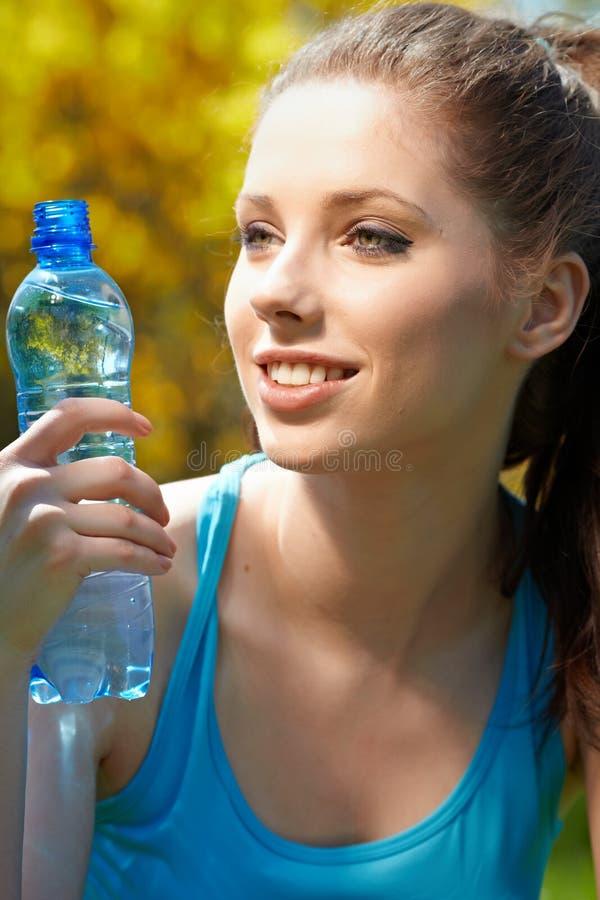 Agua potable de la mujer de la aptitud fotografía de archivo libre de regalías