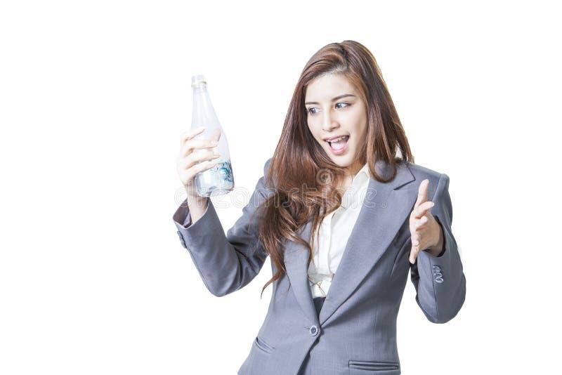 Agua potable de la mujer de negocios una pequeña botella imagenes de archivo