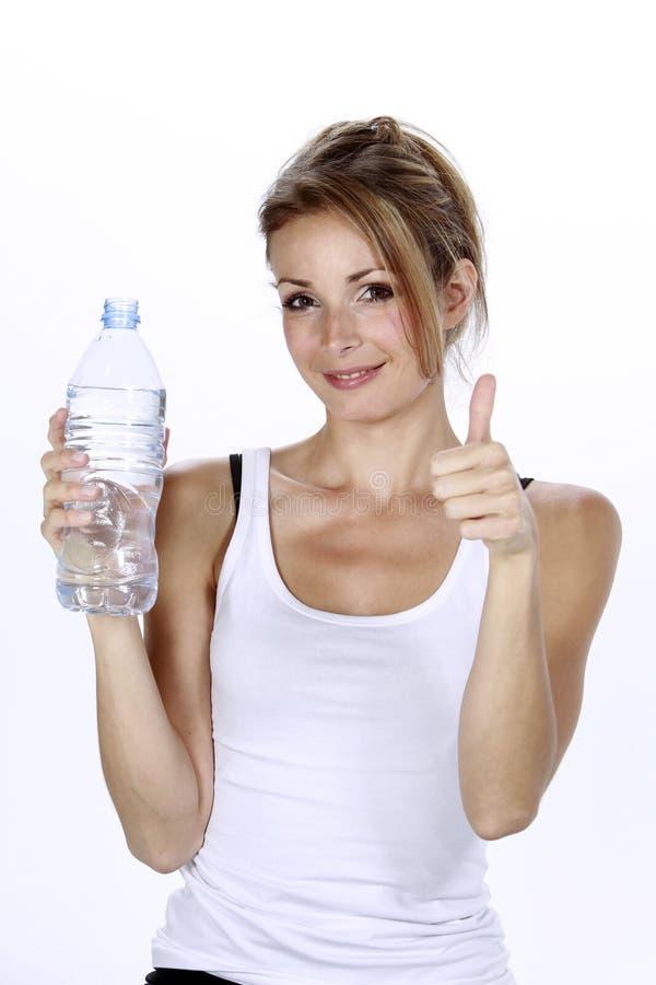 Agua potable de la mujer de Succesfull fotografía de archivo libre de regalías