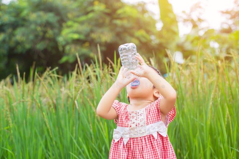 Agua potable de la ni?a preciosa foto de archivo
