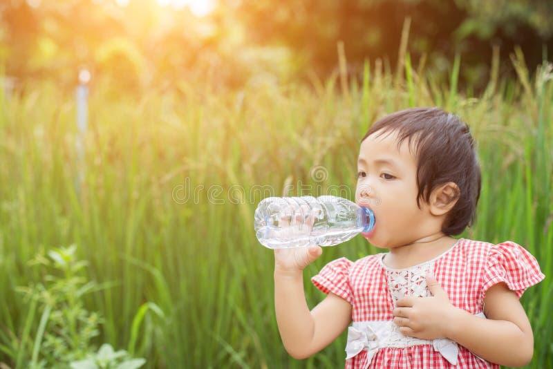 Agua potable de la ni?a preciosa imagen de archivo
