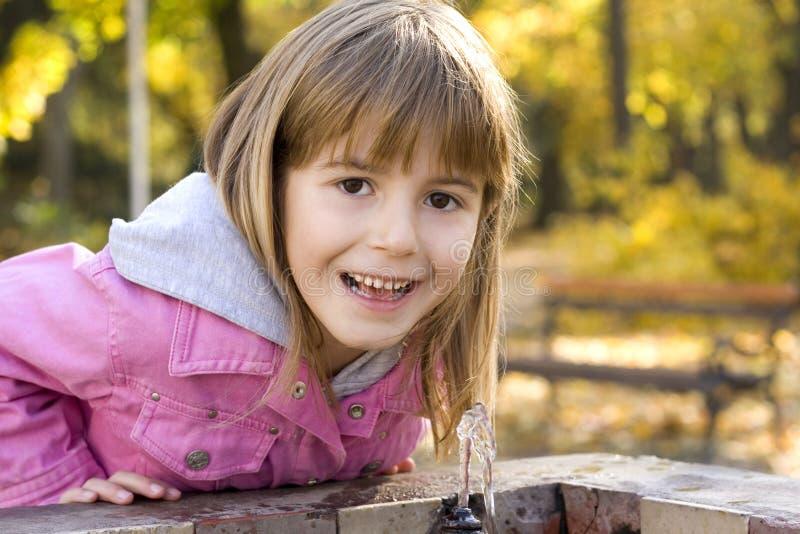 Agua potable de los niños foto de archivo