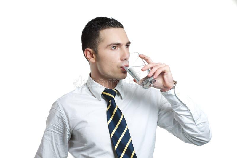 Agua potable del hombre joven foto de archivo libre de regalías