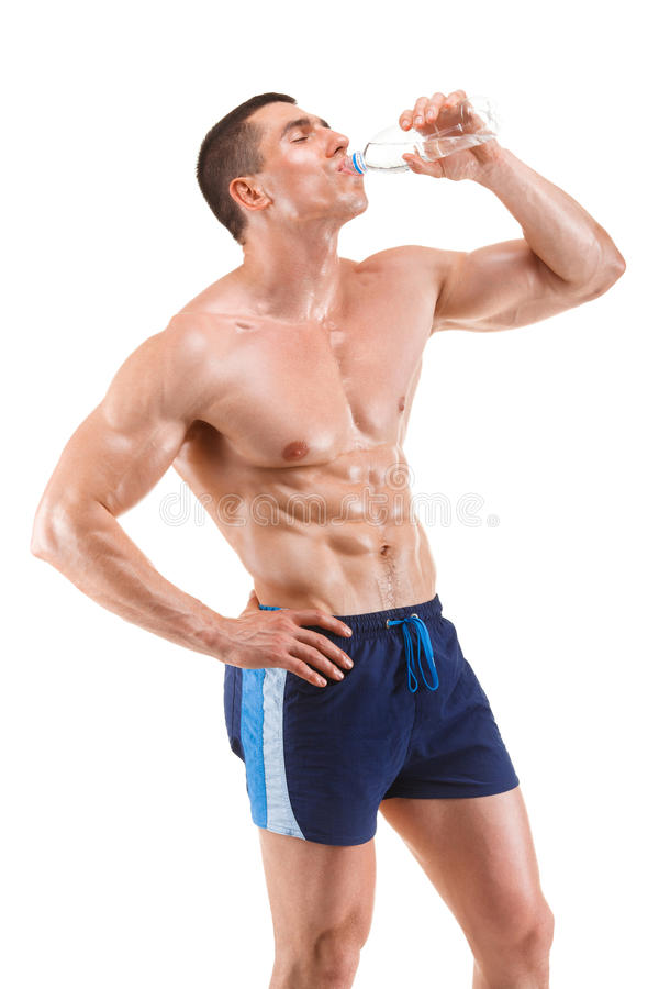 Agua potable del hombre muscular joven, aislada en el fondo blanco fotos de archivo