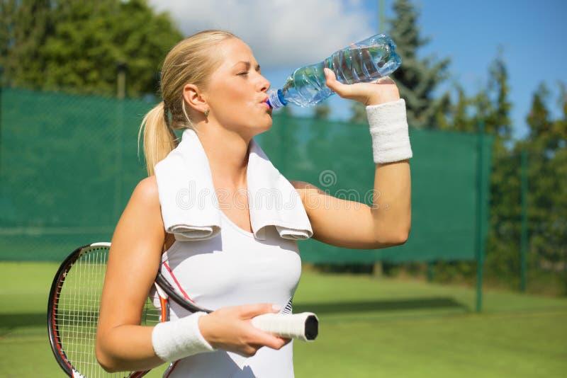Agua potable del jugador de tenis imagen de archivo libre de regalías