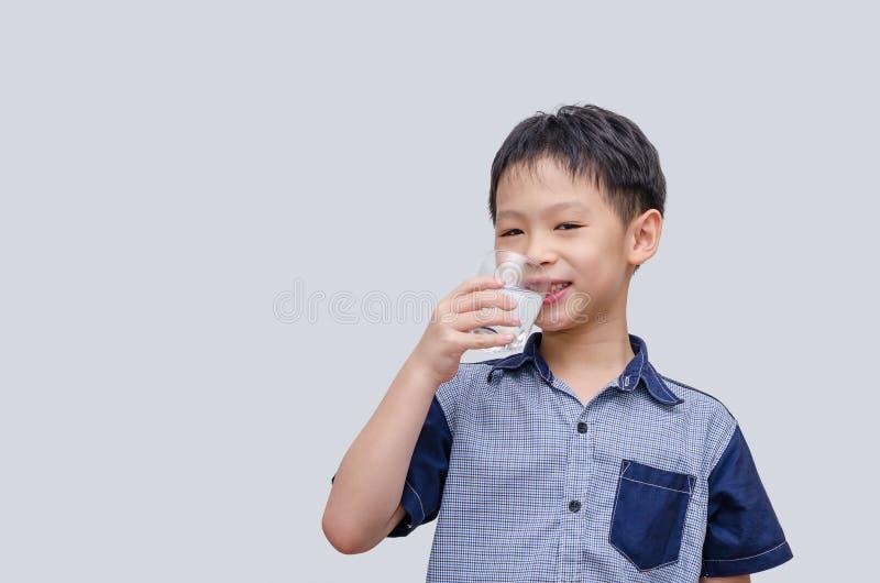 Agua potable del muchacho imágenes de archivo libres de regalías