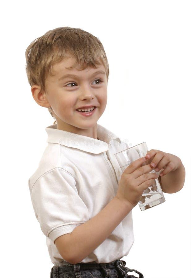 Agua potable del muchacho feliz imágenes de archivo libres de regalías