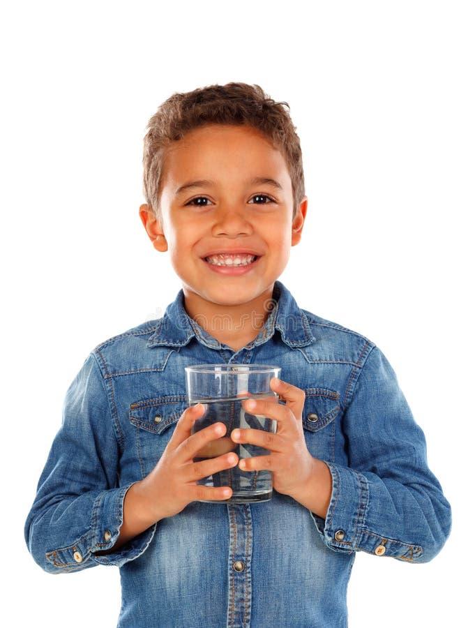 Agua potable del muchacho latino fotografía de archivo libre de regalías