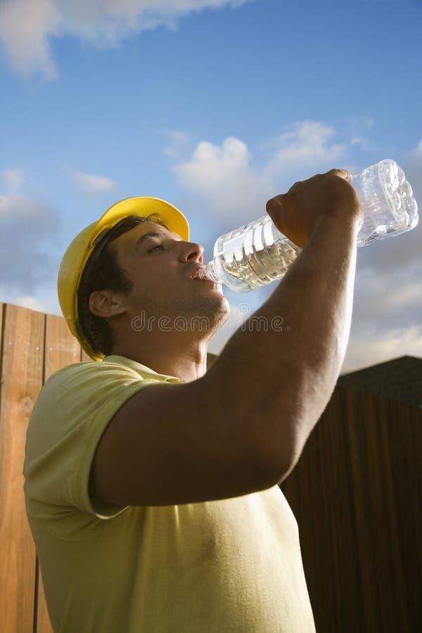 Agua potable del trabajador de construcción fotos de archivo libres de regalías