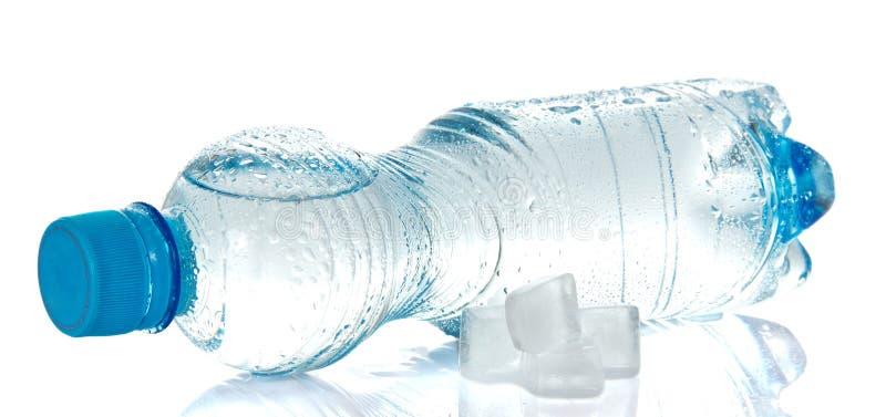 Agua potable despejada en botella plástica imagen de archivo