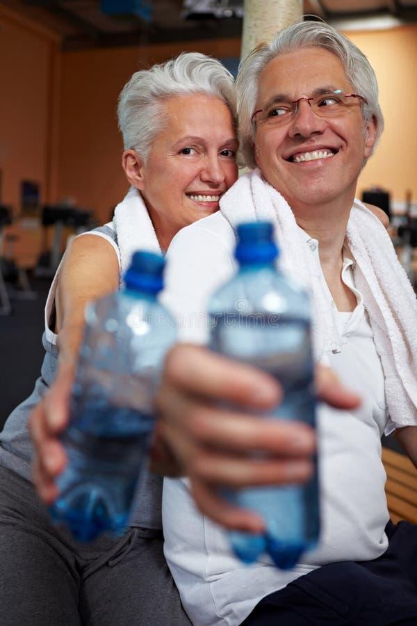 Agua potable en gimnasia foto de archivo libre de regalías