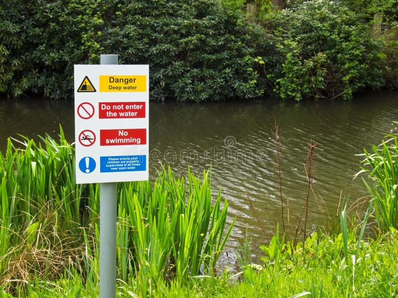 Agua profunda del peligro ninguna natación imagen de archivo