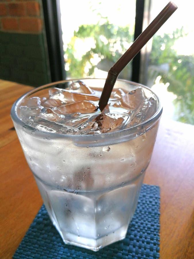 Agua pura con hielo en un vidrio imagen de archivo
