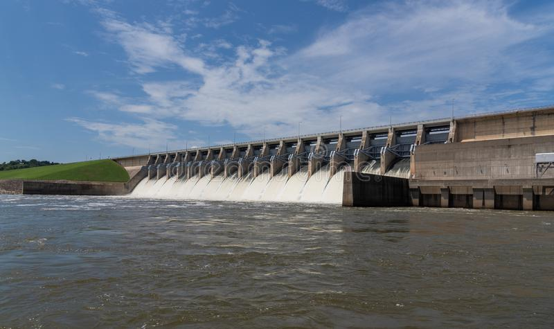 Agua que acomete fuera de las puertas abiertas de una estación hidráulica de la energía eléctrica imagen de archivo libre de regalías