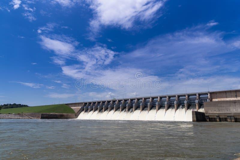 Agua que acomete fuera de las puertas abiertas de una estación hidráulica de la energía eléctrica fotos de archivo