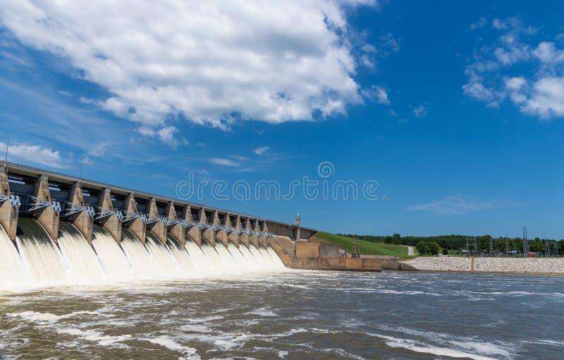 Agua que acomete fuera de las puertas abiertas de una estación hidráulica de la energía eléctrica imágenes de archivo libres de regalías