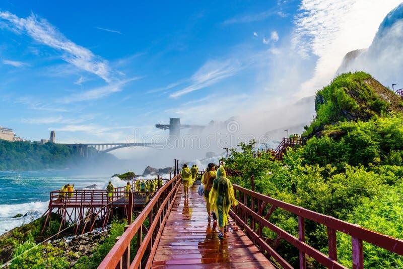Agua que acomete sobre Niagara Falls foto de archivo libre de regalías