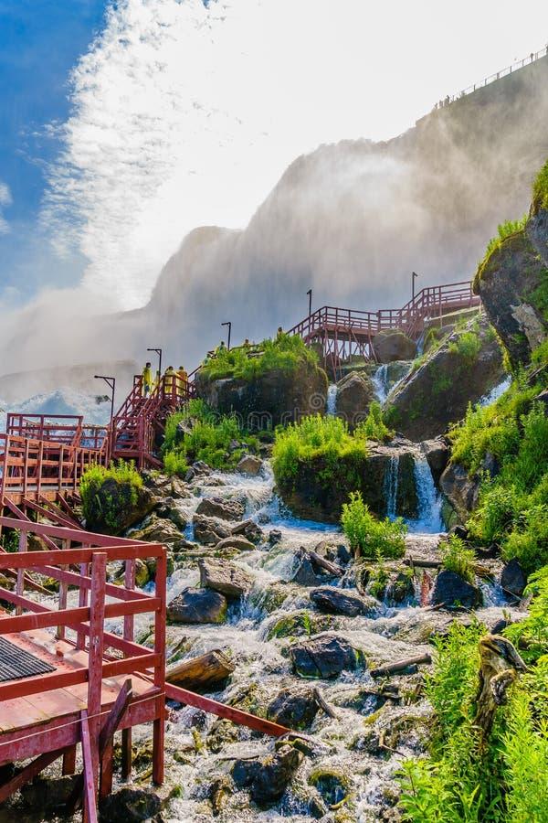 Agua que acomete sobre Niagara Falls imagen de archivo