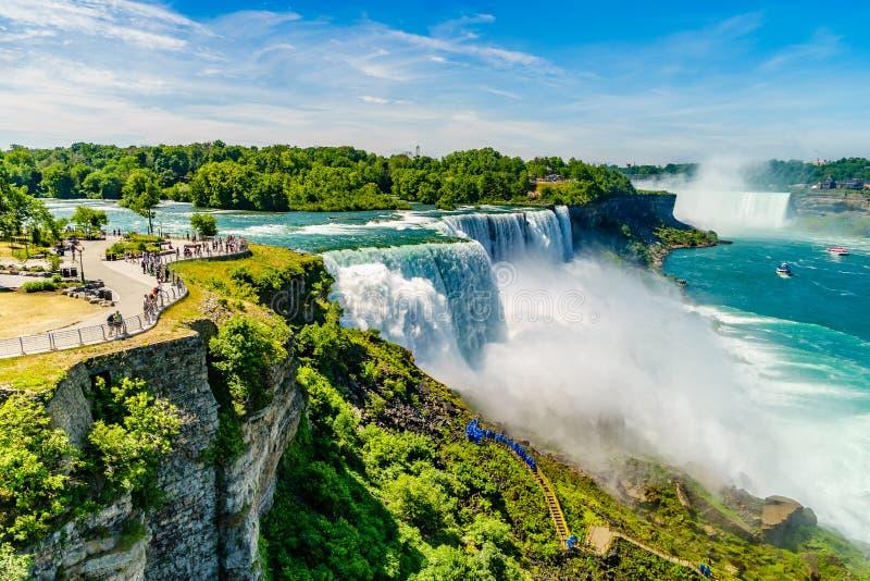 Agua que acomete sobre Niagara Falls imágenes de archivo libres de regalías