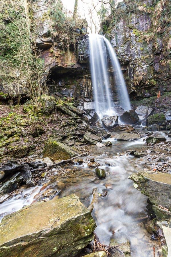 Agua que conecta en cascada abajo de la cascada hermosa, Melincourt, retrato, granangular imagen de archivo