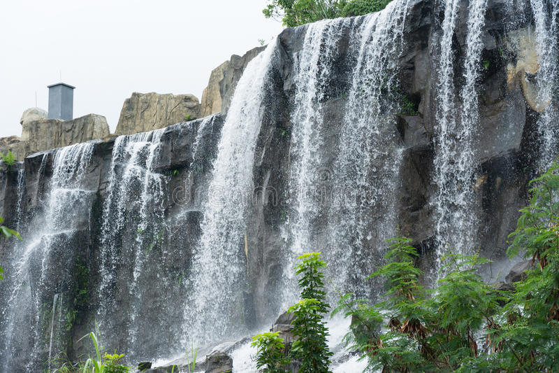 Agua que conecta en cascada sobre rocas fotografía de archivo libre de regalías