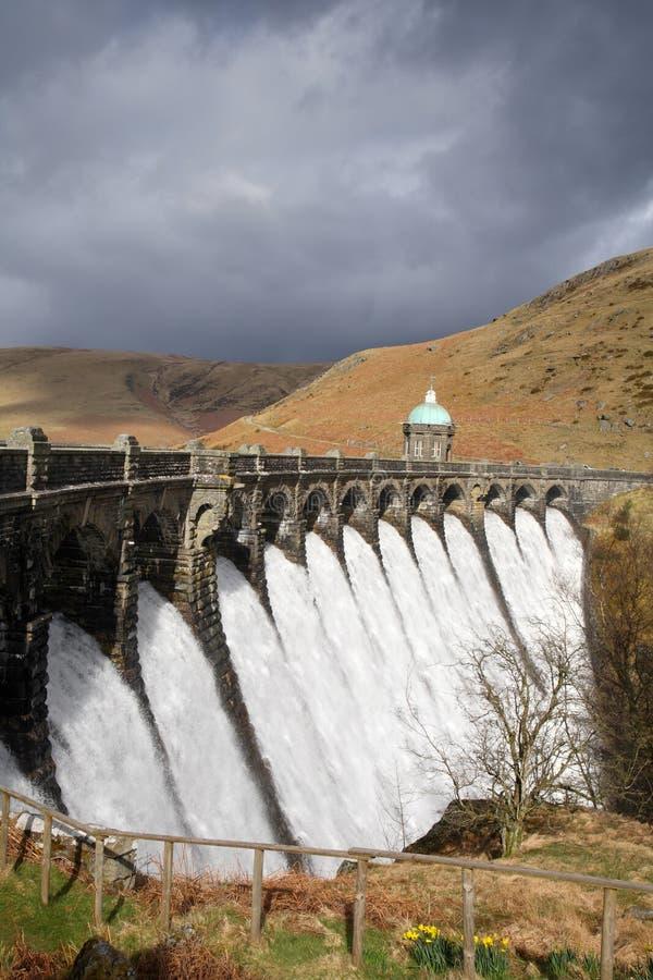 Agua que desborda una presa. imagenes de archivo