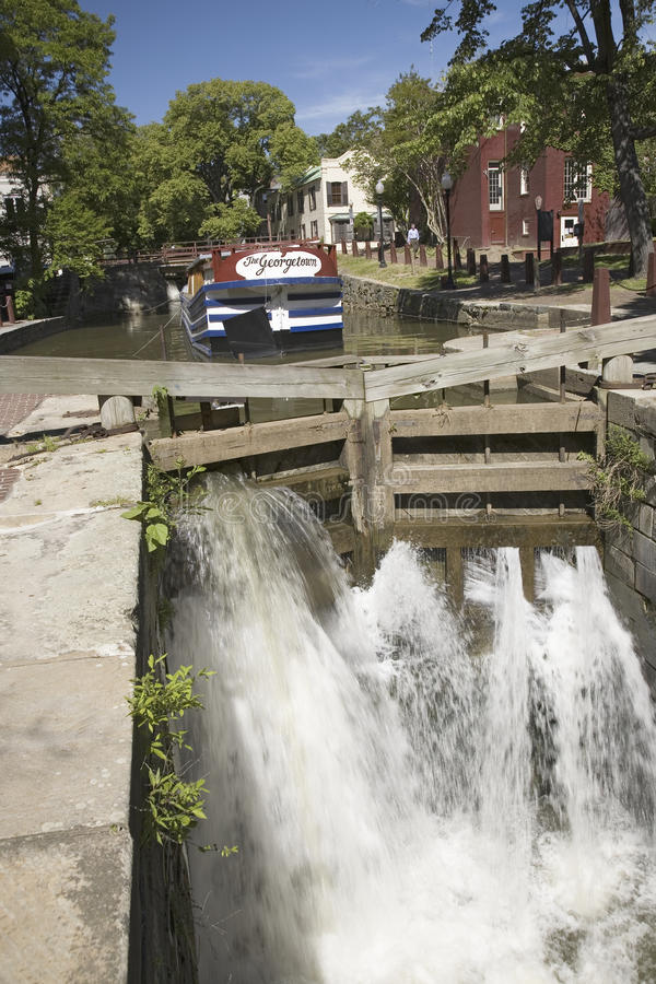 Agua que dice con excesiva efusión a través del canal