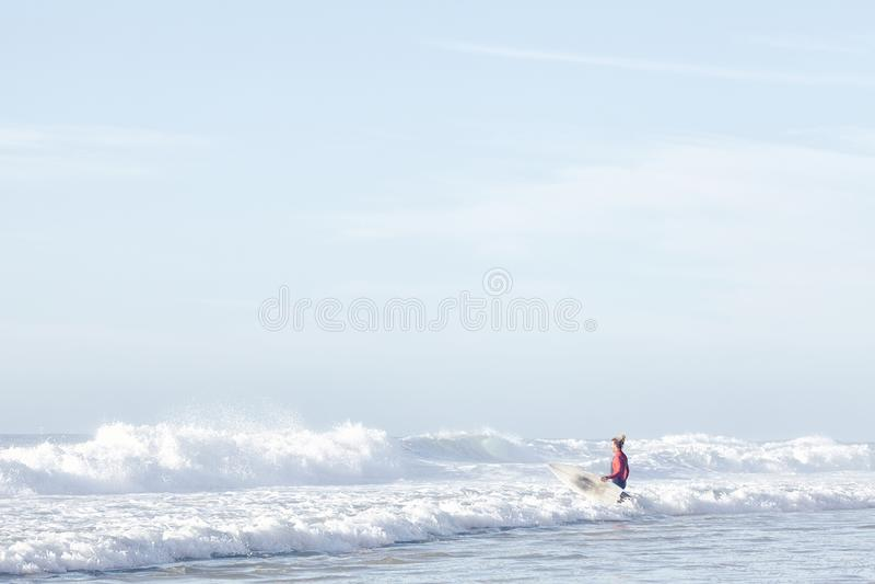 Agua que entra de la persona que practica surf foto de archivo libre de regalías