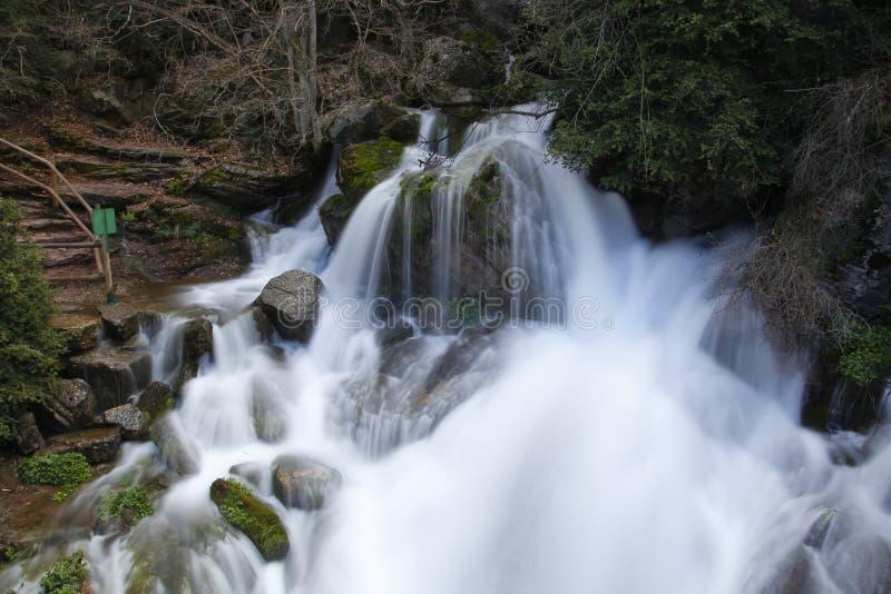 Agua que fluye de las rocas imagen de archivo