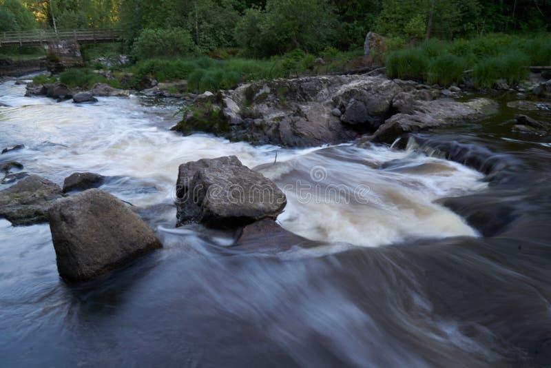Agua que fluye rápidamente imagen de archivo
