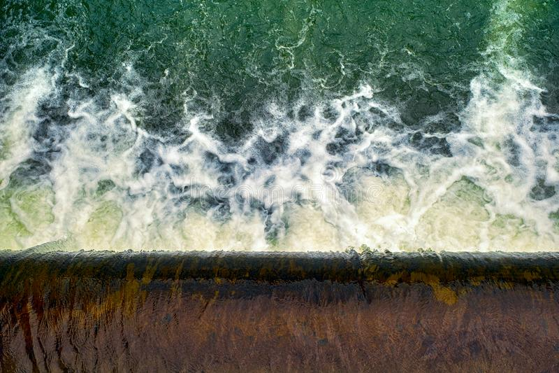 Agua que fluye sobre la presa fotos de archivo libres de regalías