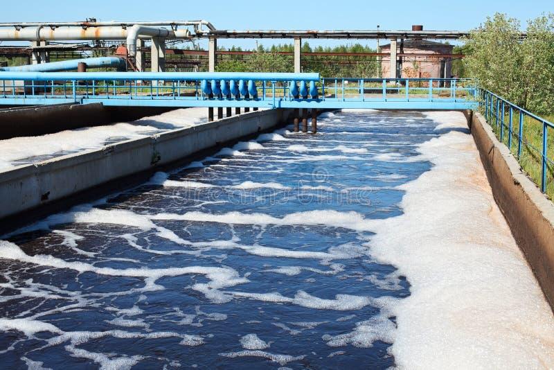 Agua que recicla el edificio de las aguas residuales foto de archivo