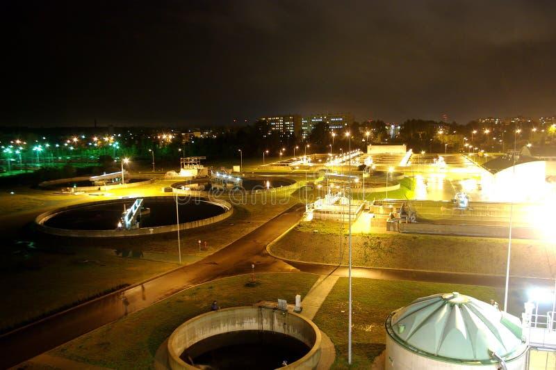Agua que recicla en la estación del tratamiento de aguas residuales imagen de archivo libre de regalías
