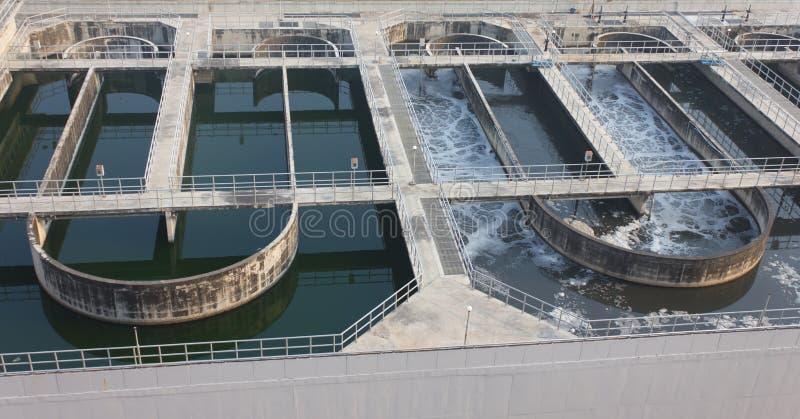 Agua que recicla en la estación del tratamiento de aguas residuales foto de archivo libre de regalías