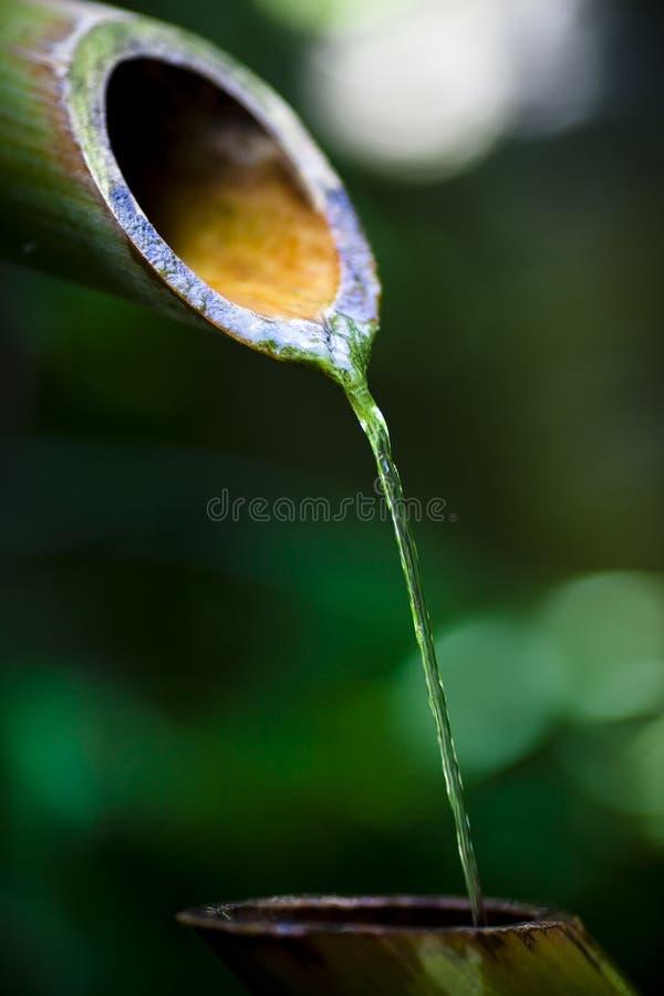 Agua que vierte del canalón imagenes de archivo