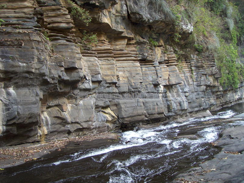Agua a través de rocas foto de archivo libre de regalías