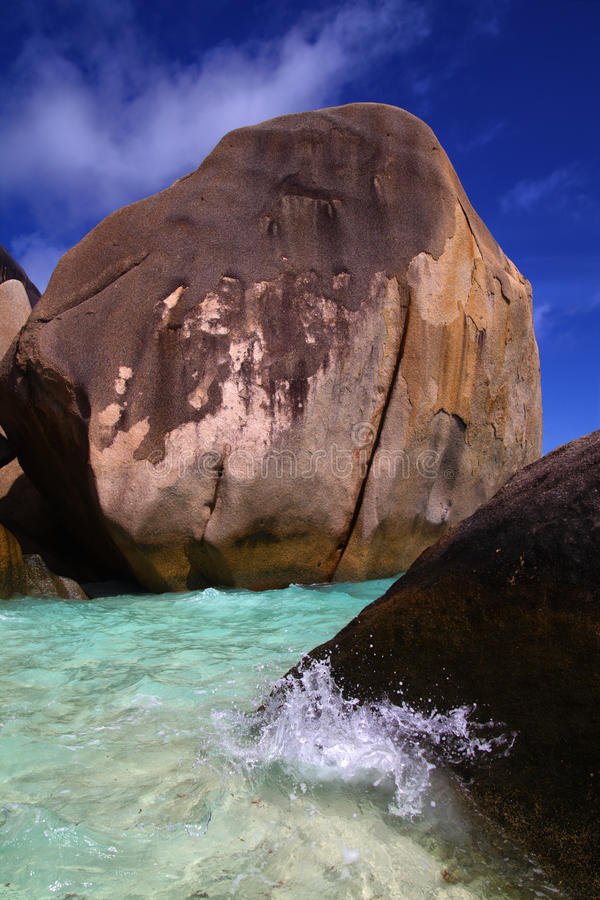Agua tropical clara del océano alrededor de rocas grandes imagen de archivo