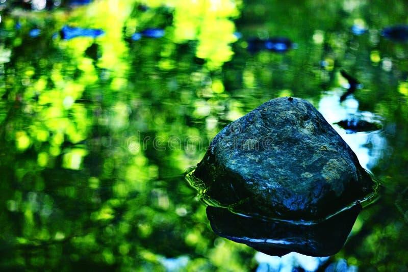 Agua verde borrosa fotografía de archivo libre de regalías