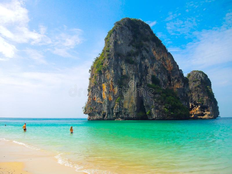 Agua verde hermosa del océano con la montaña rocosa en el mar, Krabi, Tailandia fotos de archivo libres de regalías