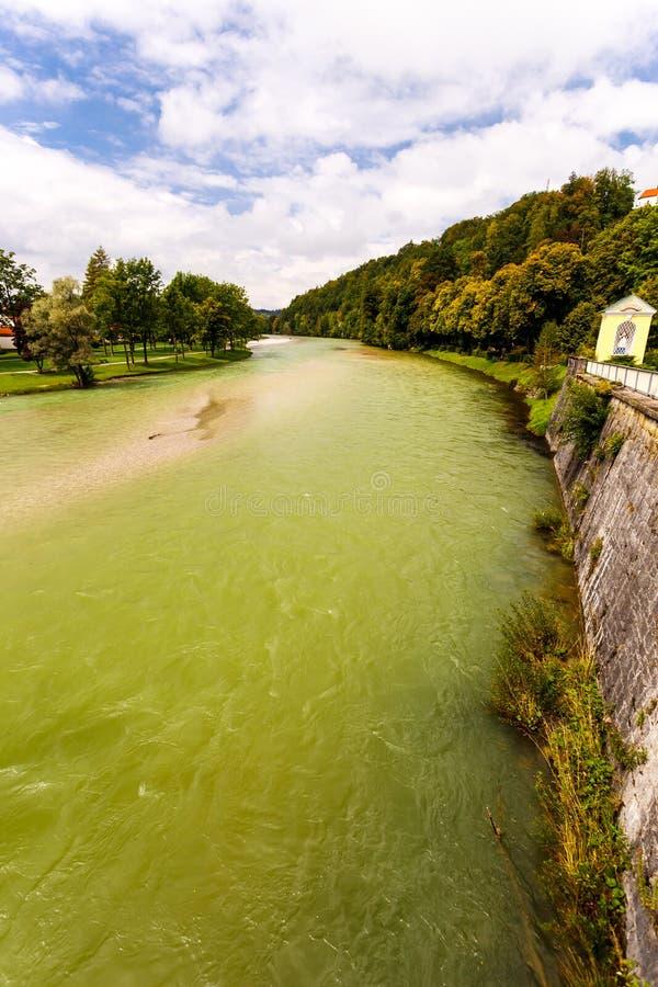 Agua verdosa del río en el canal fotos de archivo libres de regalías