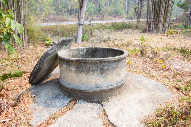 Agua vieja bien en el campo, Tailandia fotos de archivo