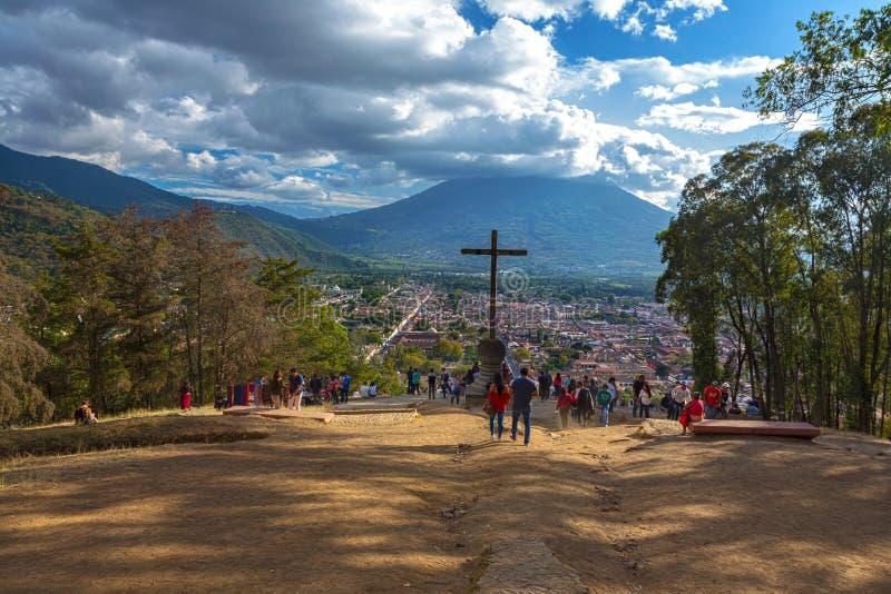 Agua Volcano Guatemala för stad för Cerro De La Korsa Utkik synvinkelAntigua arkivbild