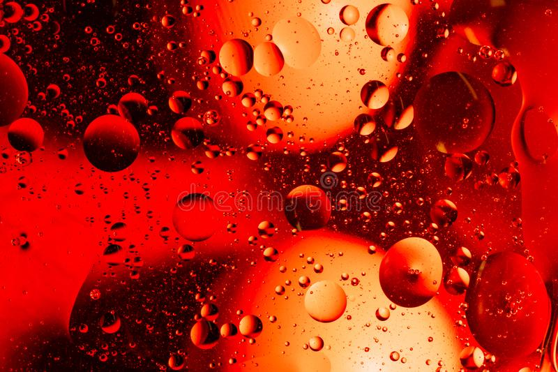 Agua y aceite de mezcla en c?rculos y ?valos abstractos de las bolas del color hermoso de una pendiente del fondo imagen de archivo libre de regalías